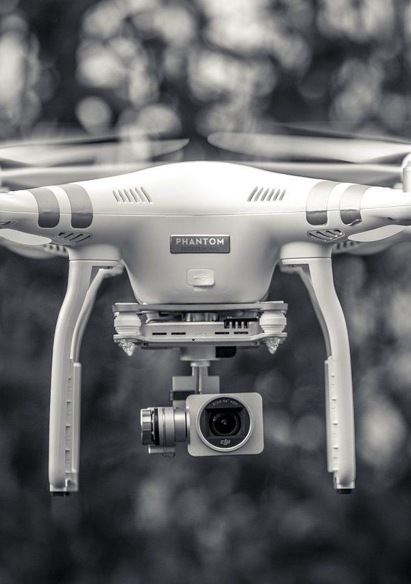 drones drones Legislação para o uso de drones black and white 1853980 1280 600x853