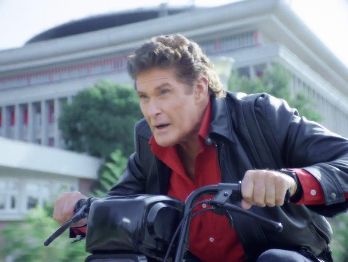 david-hasselhoff david hasselhoff David Hasselhoff combate o crime num ciclomotor em anúncio alegremente ridículo david hasselhoff 1200x902